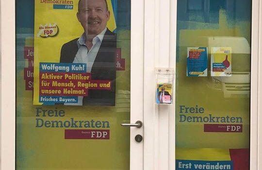 Am Wahlkampfbüro hängen die ersten